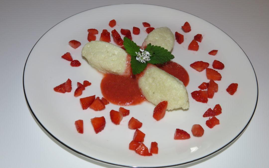 Reisgrieß-Topfennockerl mit Fruchtmus
